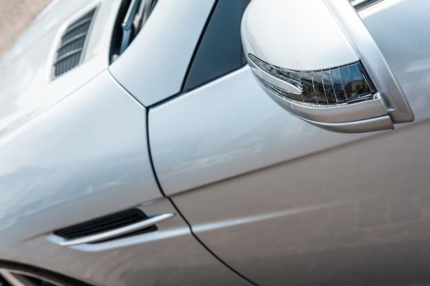 Close-up de um carro esporte cinza