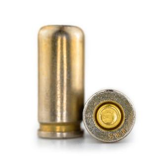 Close-up de um cartucho de 9 mm para uma pistola, bala isolada no fundo branco