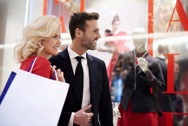 Close-up de um casal maduro no shopping