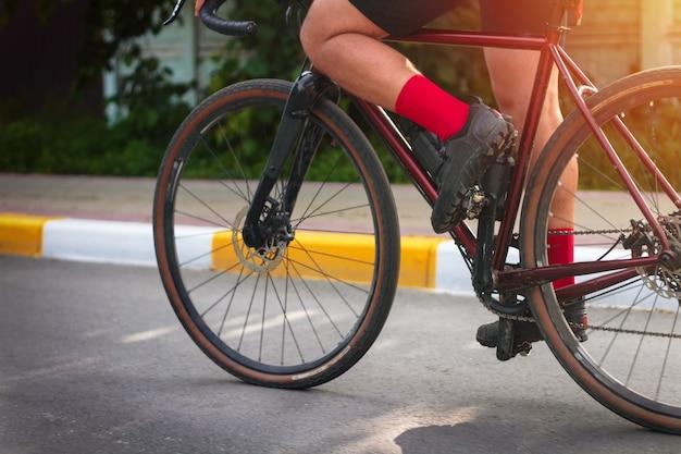 Close-up de um ciclista pedalando uma bicicleta. conceito de esportes ativos.