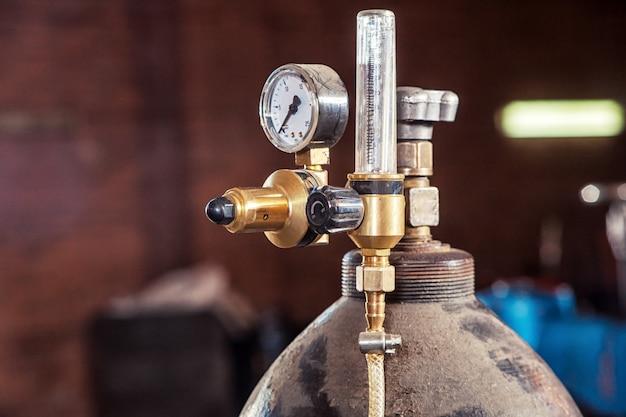Close-up de um cilindro de gás metálico