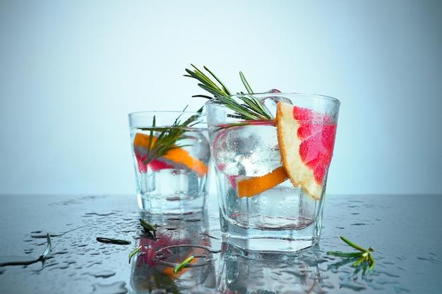 Close up de um cocktail de bacalhau de cabo ou cranberry de vodka em um azul