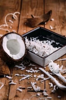 Close-up de um coco na madeira