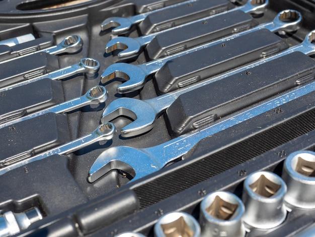 Close-up de um conjunto de chaves de reparo em uma caixa. um conjunto de ferramentas