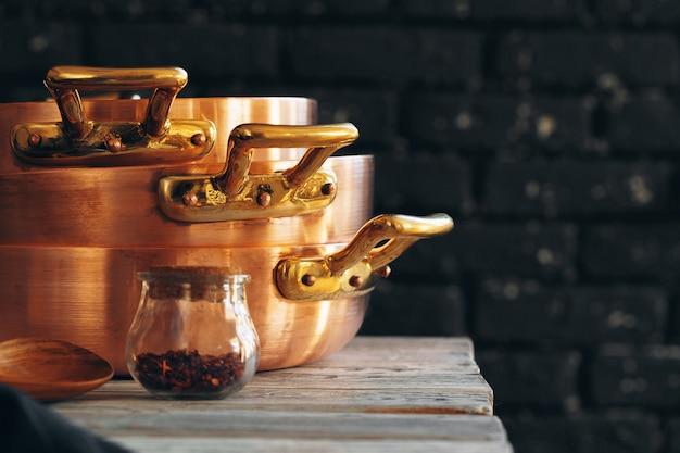 Close-up de um conjunto de panelas de cobre
