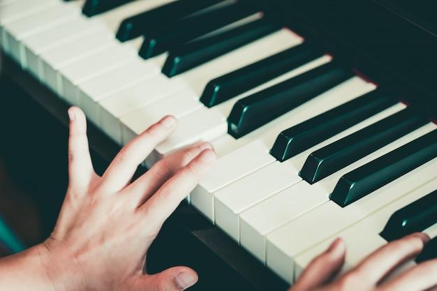 Close-up, de, um, criança, mão, tocando piano