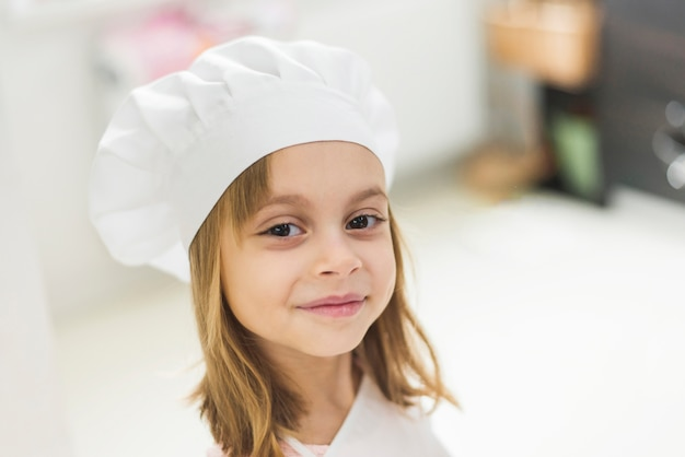 Close-up, de, um, cute, menina sorridente, desgastar, chapéu cozinheiro