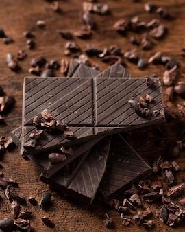 Close-up de um delicioso chocolate na mesa de madeira
