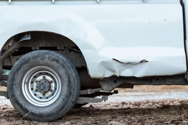 Close up de um despedaçado do carro branco em um acidente.