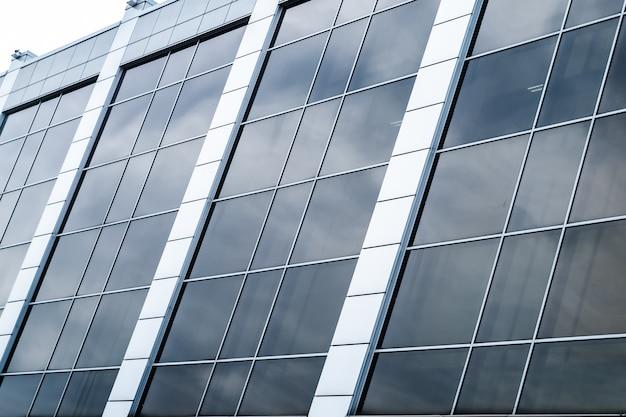 Close-up de um edifício de vidro moderno com vidro quadrado azul