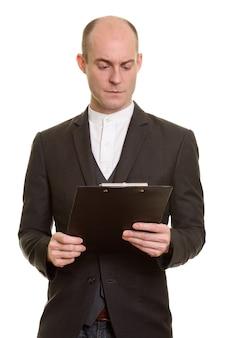 Close-up de um empresário caucasiano careca lendo na prancheta