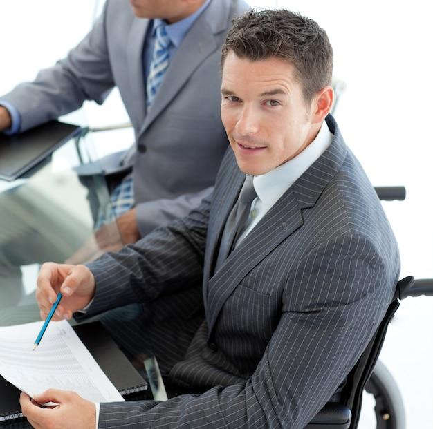 Close-up de um empresário caucasiano em uma cadeira de rodas