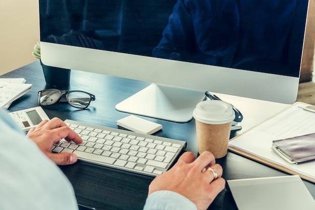 Close-up de um empresário em sua mesa de trabalho no escritório