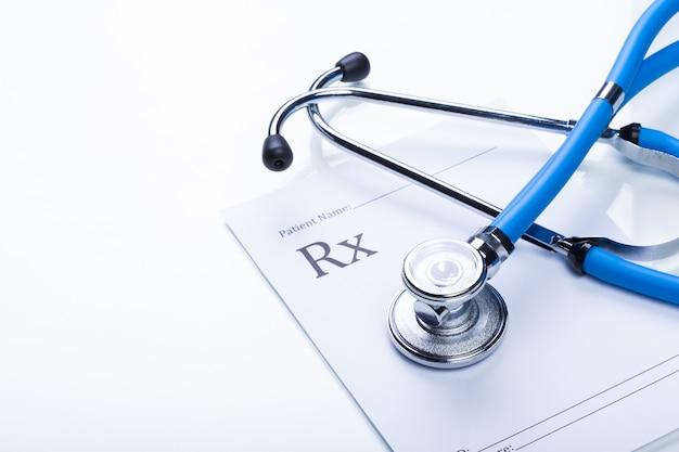 Close up de um estetoscópio em uma prescrição de rx