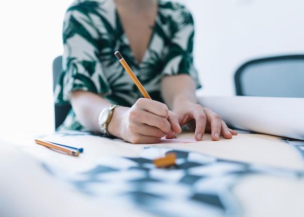 Close-up, de, um, executiva, desenho, ligado, gráfico, com, lápis