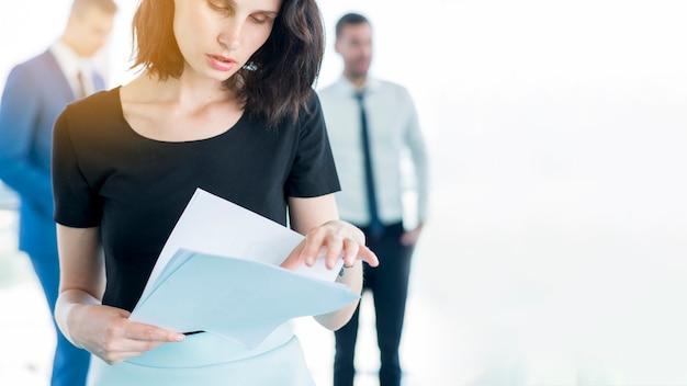 Close-up, de, um, executiva, examinando, documentos