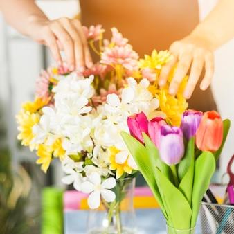 Close-up, de, um, florista feminino, mão, tocar, flores