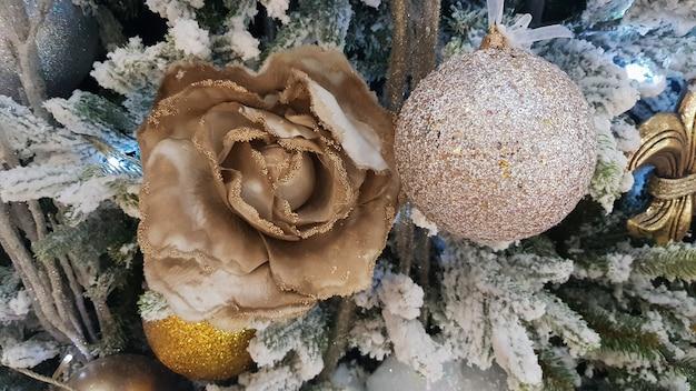 Close-up de um fundo de natal. celebração. árvore de natal com brinquedos e neve decorativa para um feliz ano novo. decorações de natal, atmosfera de ano novo. belo cartão postal moderno.