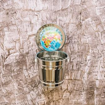 Close-up, de, um, globo, acima, dustbin, ligado, madeira, superfície