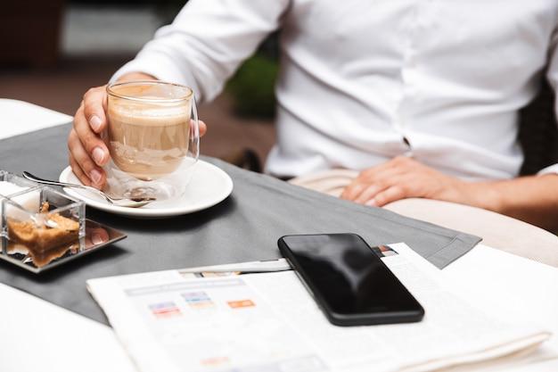 Close-up de um homem bebendo café