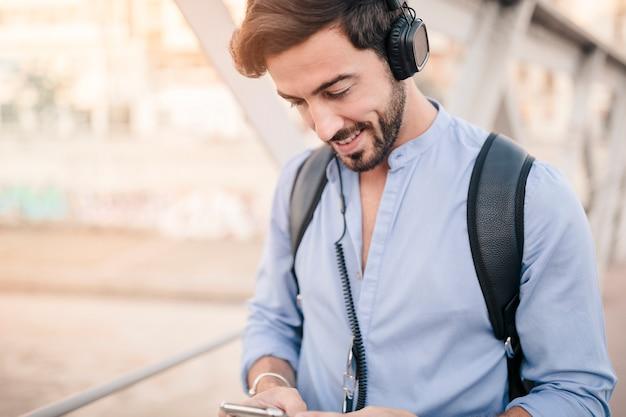 Close-up, de, um, homem bonito, desgastar, headphone