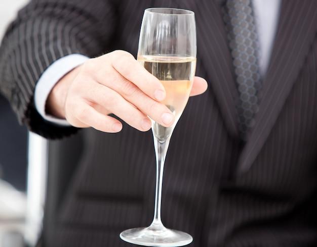 Close-up de um homem de negócios comemorando um evento com champanhe