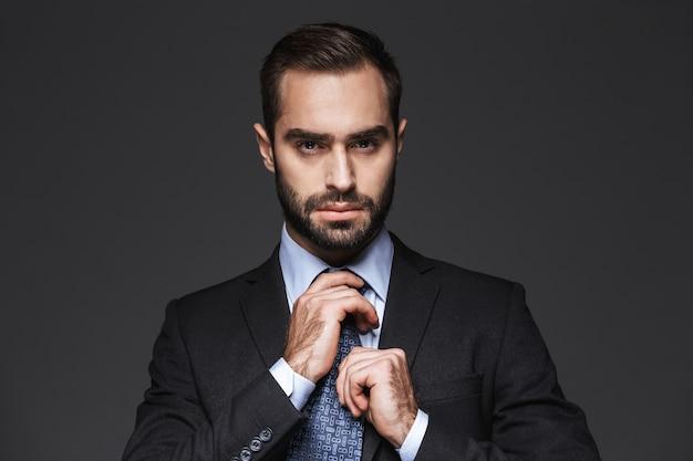 Close-up de um homem de negócios jovem bonito vestindo terno isolado