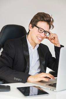 Close-up, de, um, homem negócios, trabalhando, em, escritório