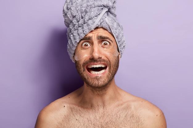 Close-up de um homem nervoso fazendo sua rotina de beleza