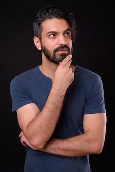 Close-up de um homem persa barbudo bonito isolado