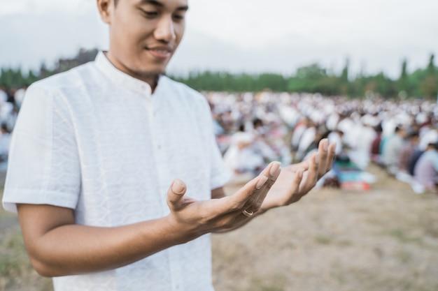 Close-up de um homem rezando durante o eid al-fitr