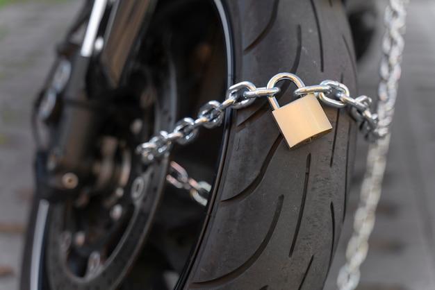 Close-up de um homem se preparando para roubar uma motocicleta