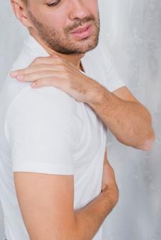 Close-up, de, um, homem, tendo, dor, em, seu, ombro