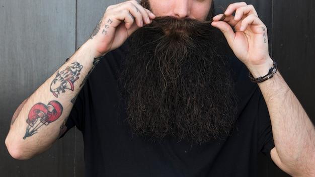 Close-up, de, um, homem, tocar, seu, bigode, com, mãos