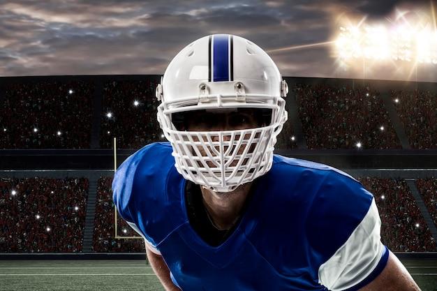 Close-up de um jogador de futebol com um uniforme azul em um estádio
