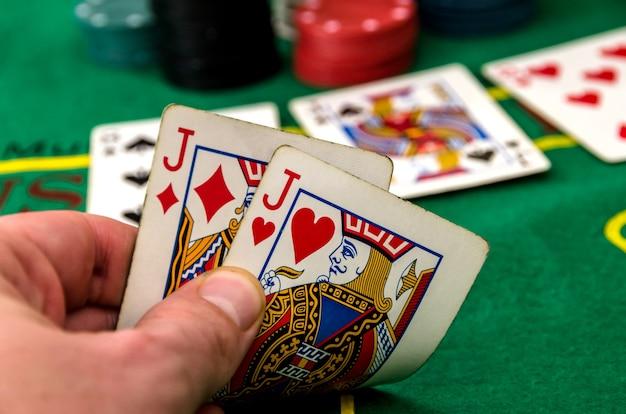 Close-up de um jogador de pôquer com dois valetes