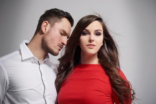 Close-up de um jovem casal elegante