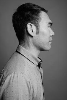 Close-up de um jovem empresário asiático