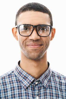 Close-up de um jovem feliz vestindo camisa xadrez e óculos em pé sobre o branco Foto Premium