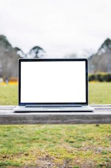 Close-up, de, um, laptop, ligado, banco madeira