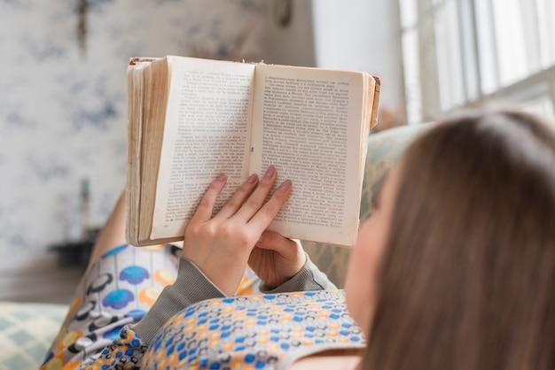Close-up, de, um, leitura mulher, livro, casa
