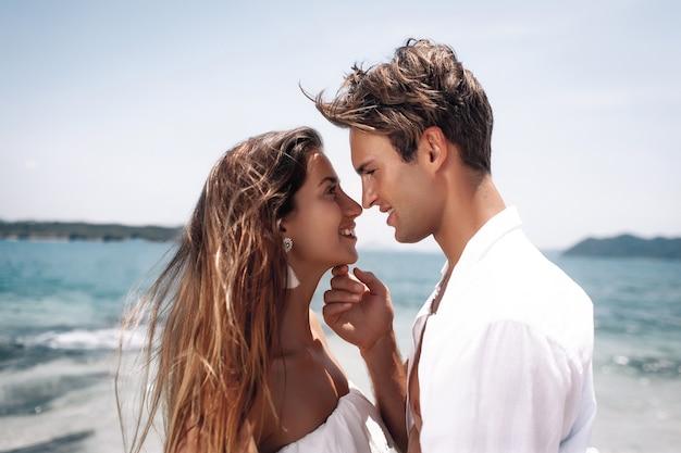 Close-up de um lindo casal feliz no amor na praia