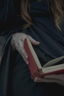 Close-up de um livro vintage vermelho realizado pelo homem