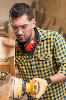 Close-up, de, um, macho, carpinteiro, no trabalho, polimento, madeira, usando, órbita, sander