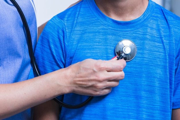 Close-up, de, um, mão dentista, examinando, paciente, com, estetoscópio