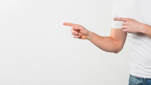 Close-up, de, um, mão homem, apontar, dela, dois dedos, isolado, branco, fundo