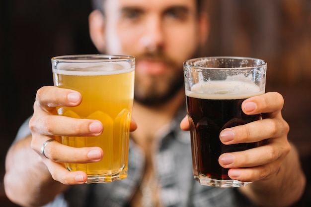 Close-up, de, um, mão homem, segurando, copos cerveja, e, rum
