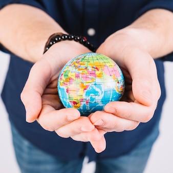 Close-up, de, um, mão homem, segurando, globo