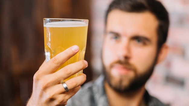 Close-up, de, um, mão homem, segurando, vidro cerveja