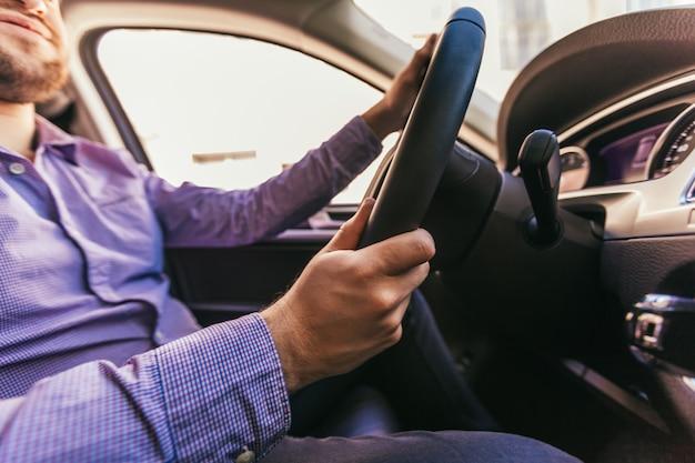 Close-up, de, um, mão masculina, em, um, carro moderno